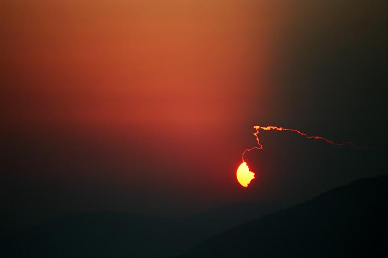 Zachód słońca w Bieszczadach, chmura zjadająca słońce.