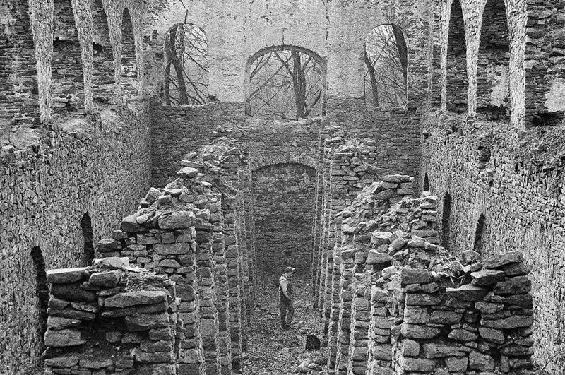 Wewnątrz ruin.