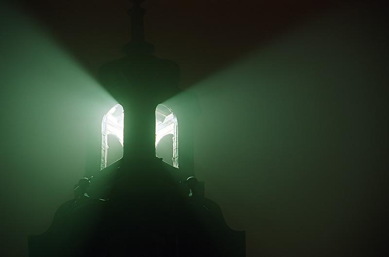 Rozświetlona wieża w nocy, Kielce.