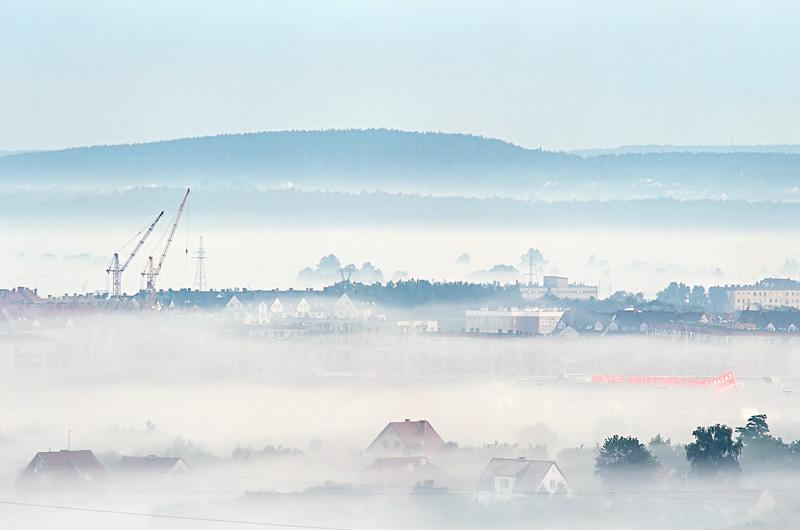 Mgliste Kielce o wschodzie, widok z Karczówki w stronę północno-zachodnią.