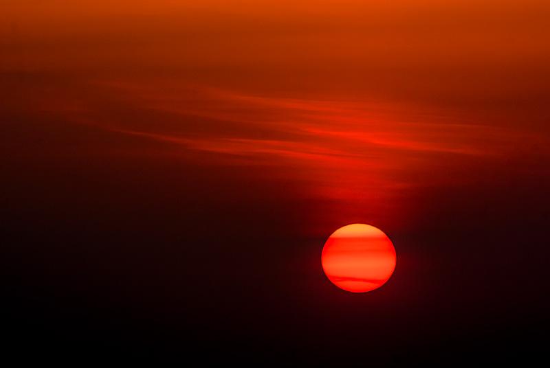 Zachód słońca wśród chmur.