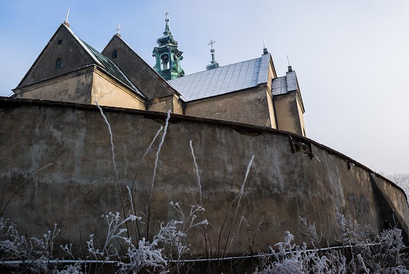 Oszroniony klasztor, kościelny mur.