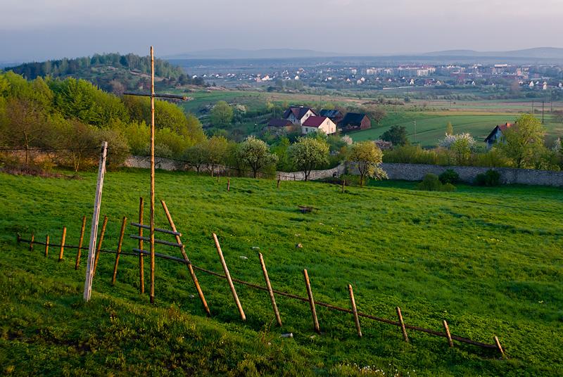 Poranny widok z Karczówki na wzgórze Dalnia i osiedle Ślichowice.