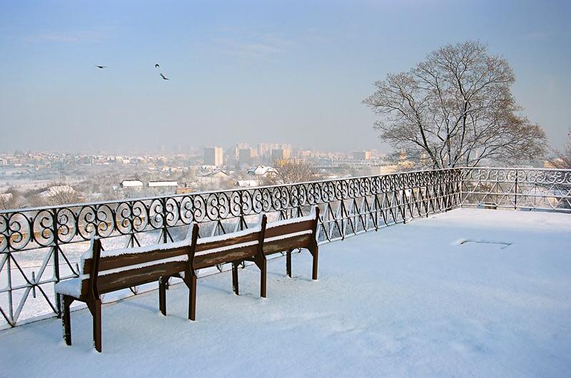 Śnieżny widok z tarasu na Karczówce na Kielce.