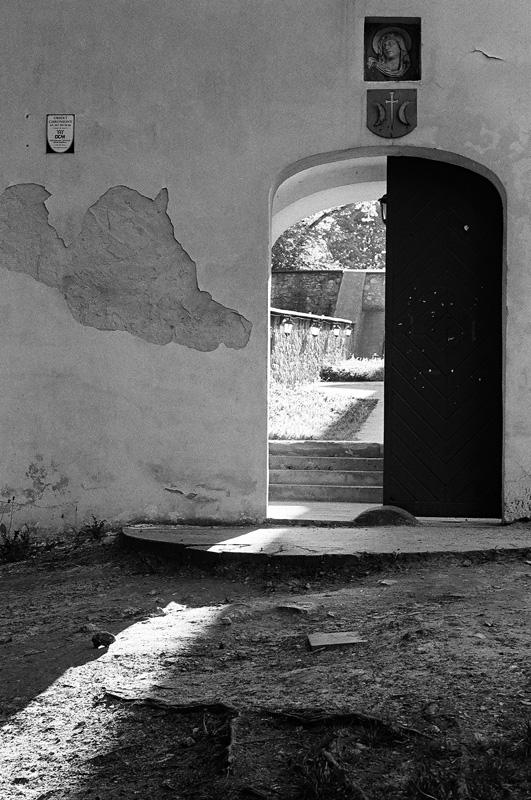 Klasztorna brama na Karczówce.