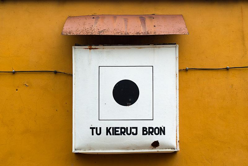 Tablica pozostała po zlikwidowanej jednostce wojskowej przy ulicy Kusocińskiego w Kielcach.