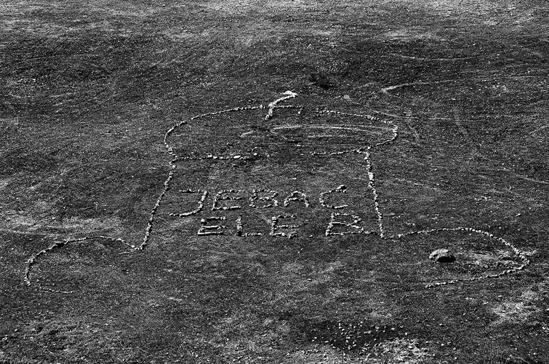 Fallus z kamieni ułożony dla Elżbiety B.