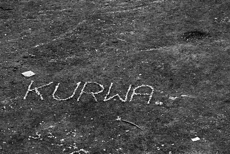 Napis z kamieni - wyrażenie złości.