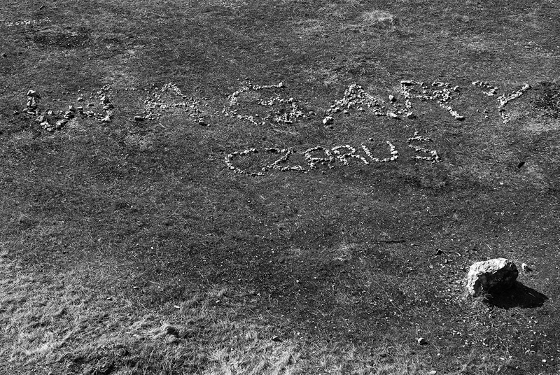 Napis z kamieni.
