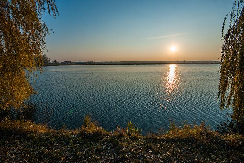Jesienny zachód słońca nad zalewem w Pińczowie.