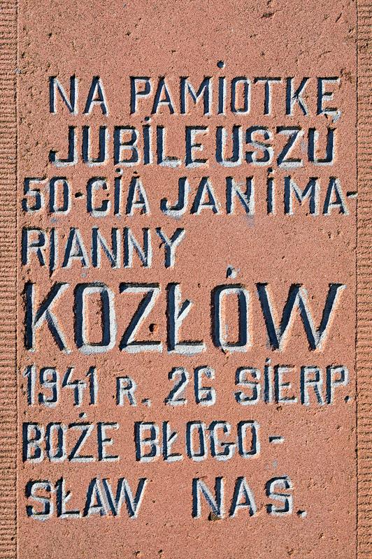 Tablica pamiątkowa złotych godów Jana i Marianny Kozłów.