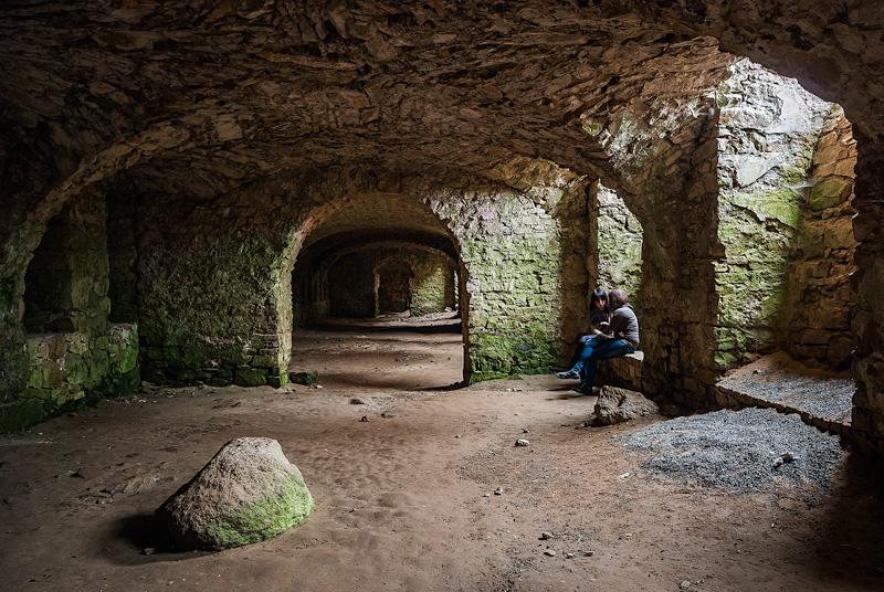 W ruinach Krzyżtoporu, Ujazd.