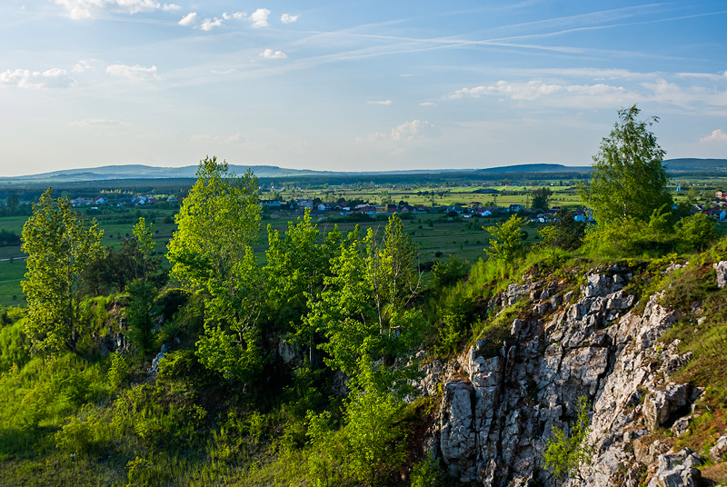 Widok z Grabiny w kierunku północno-zachodnim, w tle po lewej widoczne Pasmo Oblęgorskie.