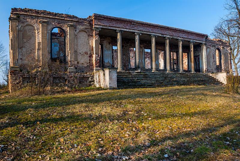 Ruiny pałacyku Kołłątajów w Wólce Kłuckiej.