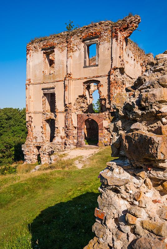 Ruiny zamku w Bodzentynie latem.