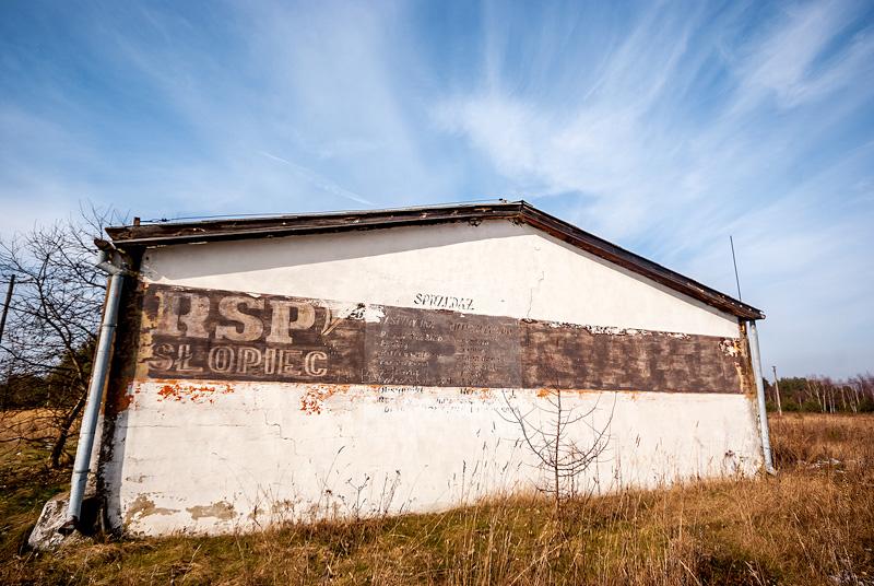 Popadający w ruinę budynek RSP w Słopcu.