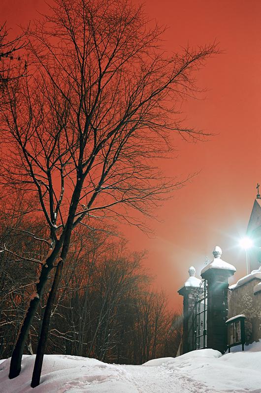 Brama przy klasztorze - Zimowa noc w rezerwacie na Karczówce, Kielce.