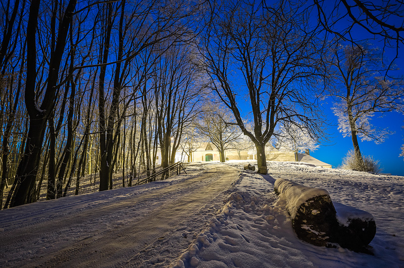 Karczówka zimowym wieczorem.