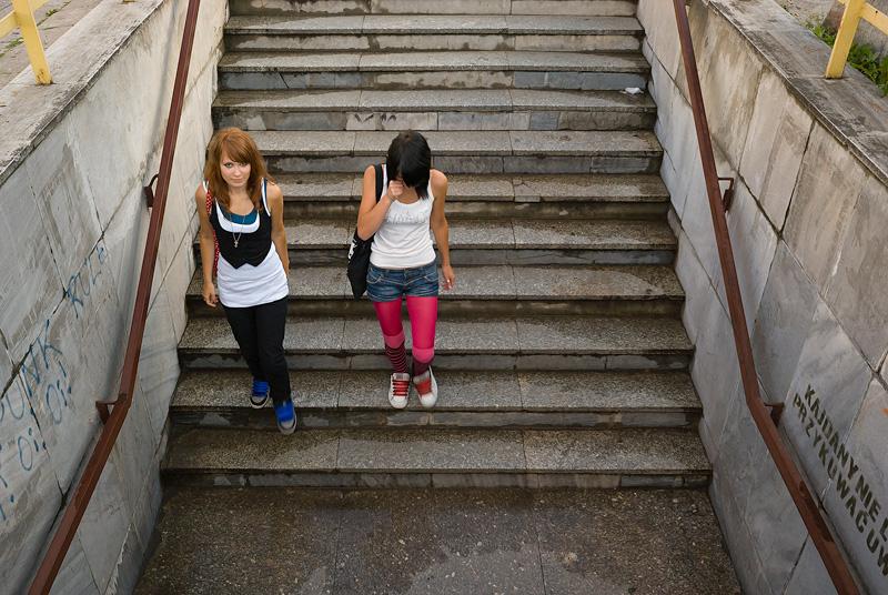 Dziewczyny schodzące.