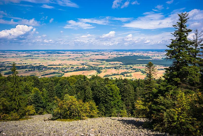 Letni widok z Łysej Góry na północ, gołoborze.