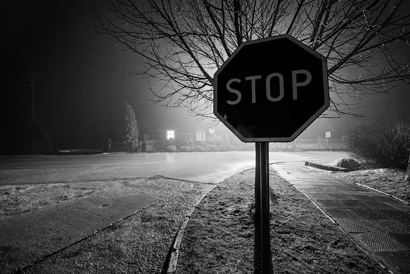 Znak STOP w nocy.