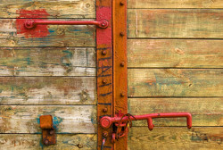 Drzwi starego wagonu kolei wąskotorowej