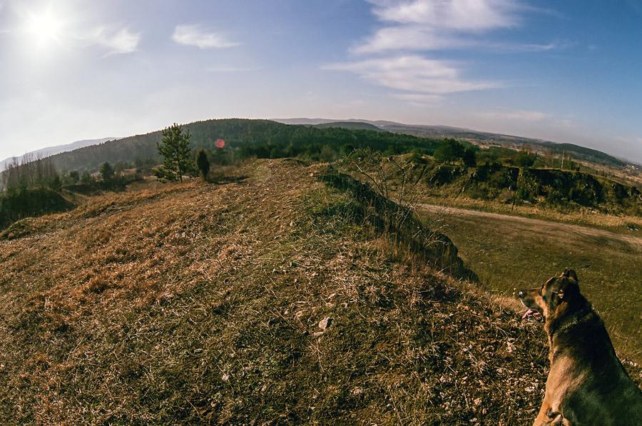 Jesienny widok ze szczytu nieczynnego kamieniołomu z widokiem na Brusznię.