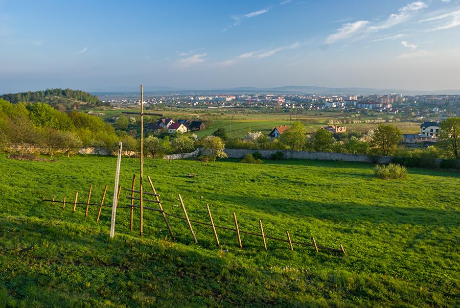 Poranny widok na ogród klasztorny, w tle od lewej góra Dalnia i osiedle Ślichowice.