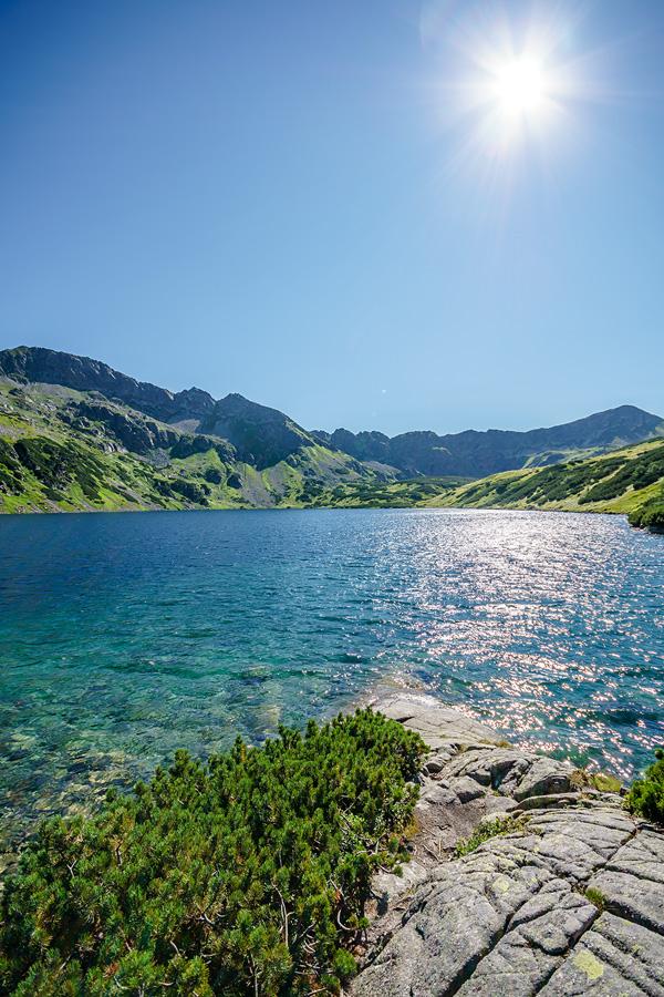 Górskie jezioro w Dolinie Pięciu Stawów Polskich w Tatrach.