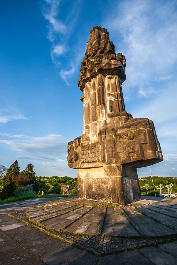Komunistyczny pomnik na szczycie Kadzielni w Kielcach.