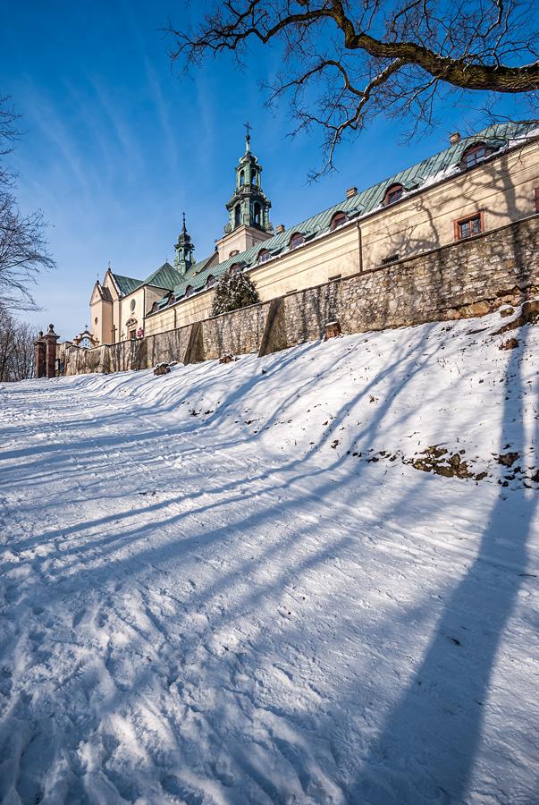 Słoneczny, zimowy dzień przy klasztorze w rezerwacie Karczówka w Kielcach.
