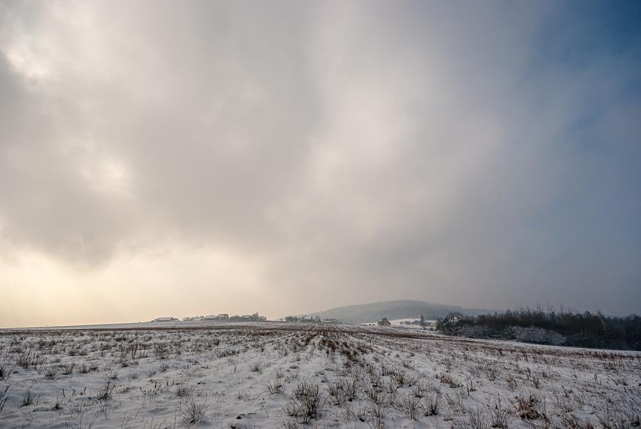 Zimowy krajobraz w Suchedniowsko-Oblęgorskim Parku Krajobrazowym z widokiem na Siniewską Górę.