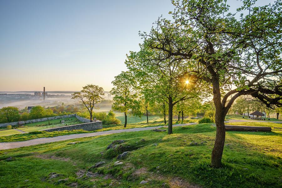 Wiosenny wschód słońca na Karczówce z widokiem na zamglone Kielce.