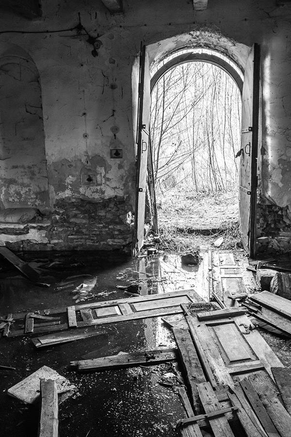 Ruiny młyna znajdującego się w Zreczu Dużym, przy rzece Wschodnia, pod Chmielnikiem.